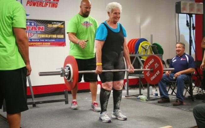 Shirley Webb impressiona à todos com a quantidade de pesos que pega na academia