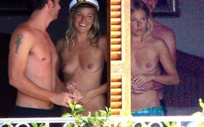 Sienna Miller sempre curte o verão europeu de topless. na foto, ao lado do ex-namorado Balthazar Getty na Itália