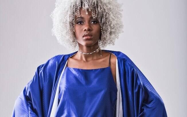 A estilista aposta em tecidos, estampas, cores e texturas que alegram não só quem veste, mas enche os olhos de quem vê