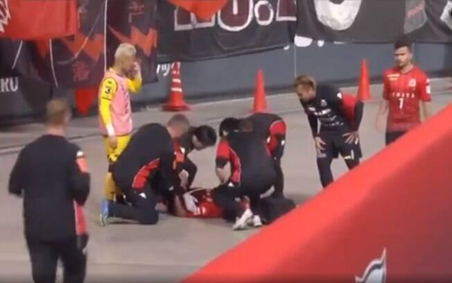 O brasileiro Anderson Lopes é atendido após cair em fosso do estádio