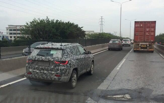 Jeep Compass é flagrado em testes na China, ainda camuflado. Pela imagem, as lanternas serão LED no lugar de lâmpadas
