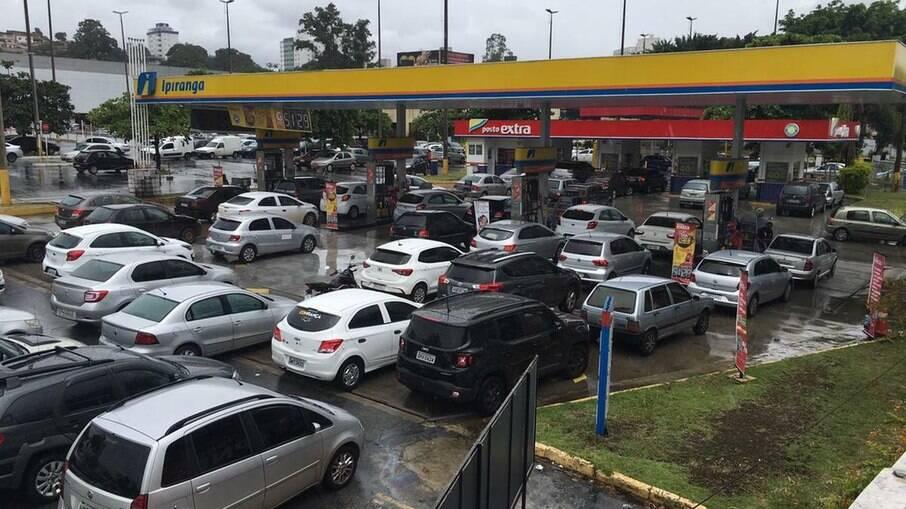 Postos de combustíveis amanheceram com longas filas; motoristas temem desabastecimento nas bombas