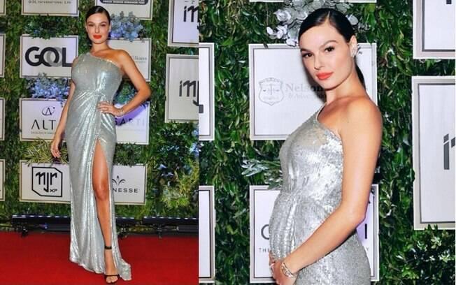 Grávida, a atriz Isis Valverde apostou em um modelo prateado de um ombro só, destaque entre os looks das famosas