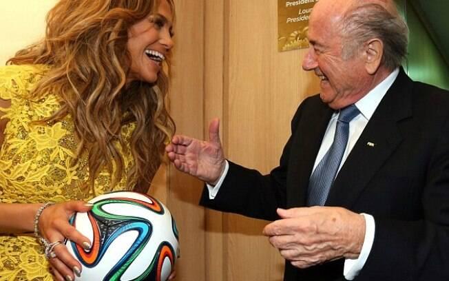 Com o vestido novo, Jennifer Lopez cumprimenta Joseph Blatter, presidente da Fifa