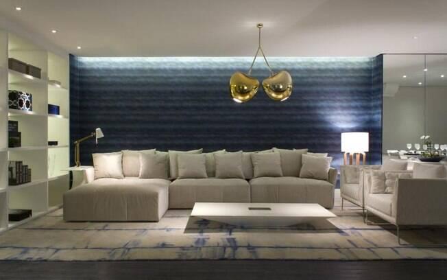A luniária dourada - cor do momento - quebra a seriedade do azul e branco no projeto de Adriana Noya