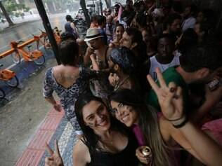 CIDADES - BELO HORIZONTE - MG . CARNAVAL 2015 .  UNIDOS DO BARRO PRETO FAZEM A FESTA NO CENTRO DE BH . NO MEIO DA FESTA CAI UMA CHUVA PARA ALEGRIA DO BLOCO . FOTO: MOISES SILVA / O TEMPO