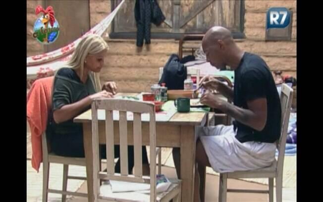 A dupla de roceiros saboreia um bom almoço nesta quarta-feira (21)