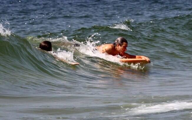 Cláudia Abreu aproveita o dia na praia com a família