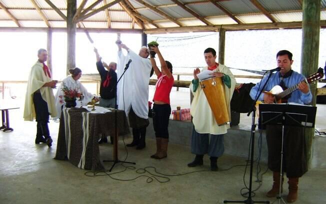 Na missa crioula, celebrantes e fiéis compartilham trajes típicos, canções e poemas gaúchos