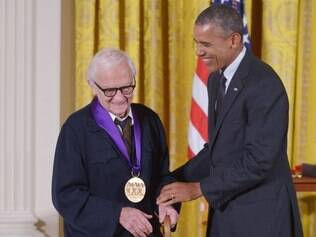 (FILES) US President Barack Obama presents the National Medal of Arts to documentary filmmaker Albert Maysles during a ceremony at the White House in this July 28, 2014, file photo in Washington, DC. US media reported that Maysles died March 5, 2015 at his home in New York City. According to the reports Maysles death was confirmed by a family friend. The award-winning filmmaker was 88.     AFP PHOTO/Mandel NGAN/FILES