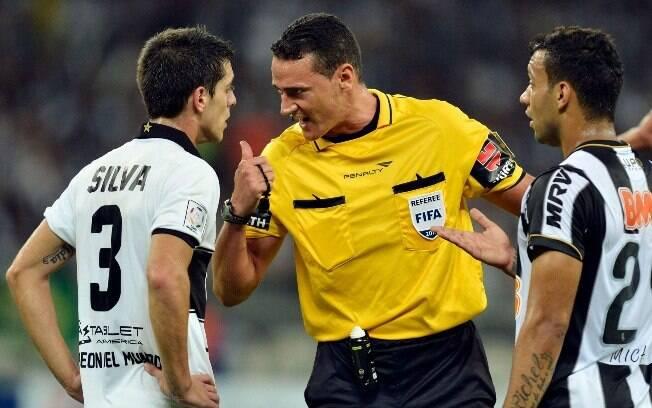 O árbitro colombiano Wilmar Roldan chama a  atenção de Alejandro Silva