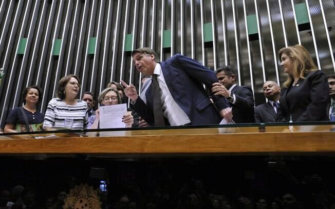 """Maria do Rosário não cedeu a palavra ao deputado Jair Bolsonaro e disse que não se renderia a """"atitudes intimidatórias"""""""