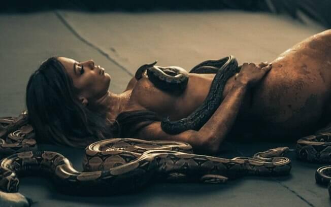 Completamente nua, Anitta grava seu novo clipe,