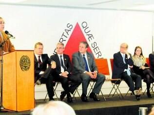 Solenidade. Governador empossou ontem o novo secretário de Estado de Defesa Social (à direita)