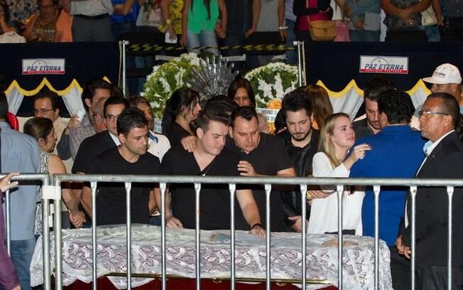 Duplas Thaeme e Thiago e Marcos e Belutti no velório de Cristiano Araújo. Foto: AgNews