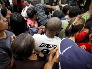 CIDADES. BELO HORIZONTE, MG.  Desorganizao no embarque e desembarque nas estacoes da Avenida Parana  FOTO: LINCON ZARBIETTI / O TEMPO / 23.07.2014