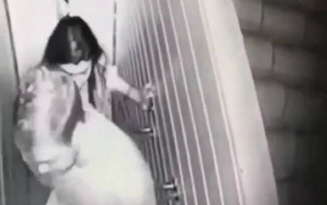 A jovem Mariana Ferrer sendo levada pela mão por um homem