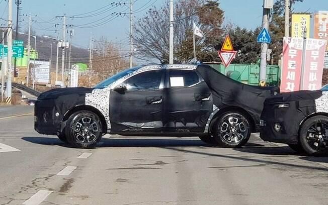 Hyundai Santa Cruz roda em testes, ainda camuflada. Versão feita em série, a partir de 2021, terá linhas protótipo
