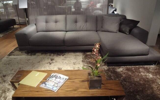 Sofás com perna expansível ou chaise trazem maior conforto e intimidade. Prefira-as para áreas íntimas