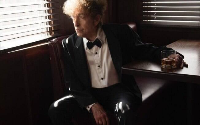 Bob Dylan se irrita com fãs tirando foto do seu show e quase cai ao dar bronca na platéia