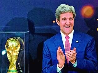 Celebridade. Secretário de Estado norte-americano, John Kerry também esteve com a taça