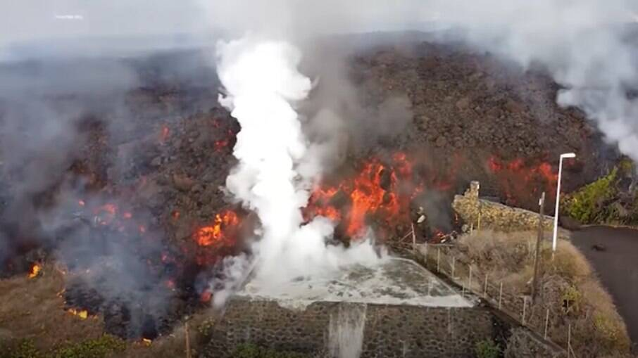 Lava do vulcão Cumbre Vieja cai em piscina residencial