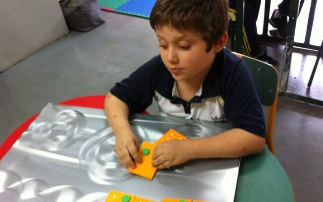 Deficiente visual, com 9 anos de idade, Matheus Pereira de Almeida é um exemplo de superação . Foto:  Christiane Rebucci