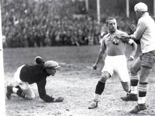 Preguinho (primeiro à direita) marca o primeiro gol da seleção brasileira na Copa do Mundo de 1930