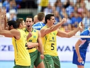 Com Rapha no time titular, Brasil virou sobre Finlândia no primeiro set
