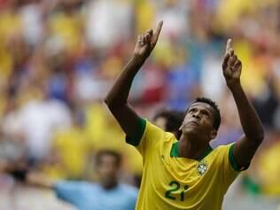 Atacante Jô comemora o primeiro gol sobre a Austrália, em amistoso