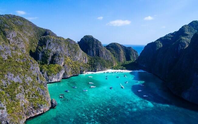 Maya Bay, uma praia da Tailândia, vai ficar fechada até 2021 pelos danos causados pelo grande número de turistas