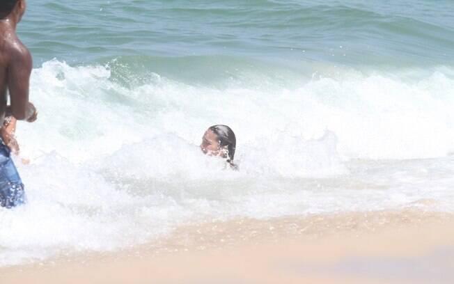 A atriz levou um caldo ao ser atingida por uma onda