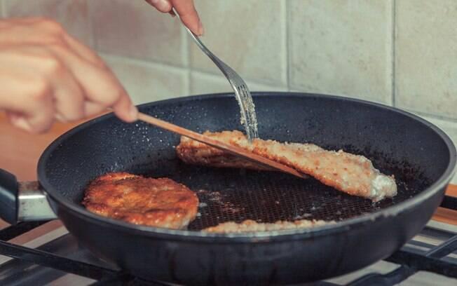 É normal ter dificuldade em manusear os alimentos na panela, em especial as frituras; veja o que fazer