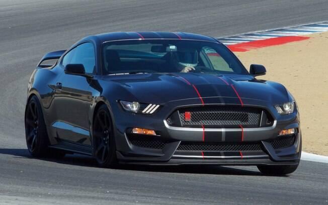 O mais poderoso Ford Mustang da atualidade, o Shelby GT350R conta com um motor 5.2 V8 de 526 cv e 59,3 kgfm. Preparado para a pista, não tem nem ar-condicionado.