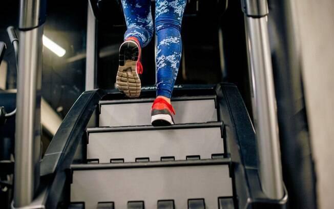 Inclinar o tronco para frente é o erro mais comum na hora de realizar exercícios aeróbicos em um simulador de escada