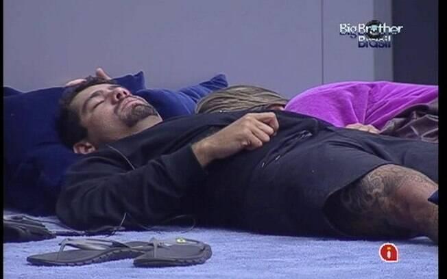 Sem espaço no sofá, Yuri e Monique dormem no tapete da sala