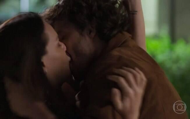 Beijo de Penélope e Henrique em