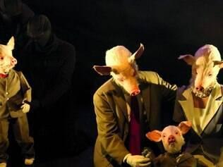 Humanos. Com um humor ácido, grupo mostra uma família de porcos em sua rotina neurótica do dia a dia, que se  aproxima do comportamentos dos humanos
