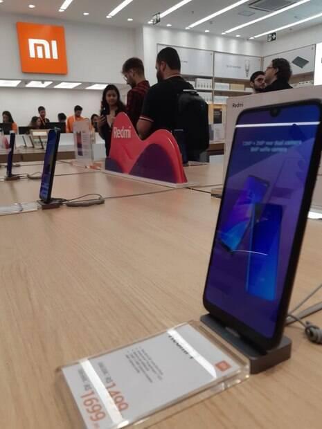 Celular em um balcão na loja da Xiaomi