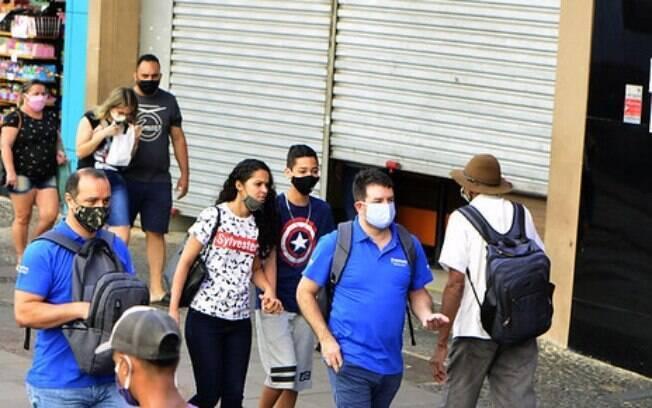 Prefeitura vai multar pessoas circulando sem máscara.