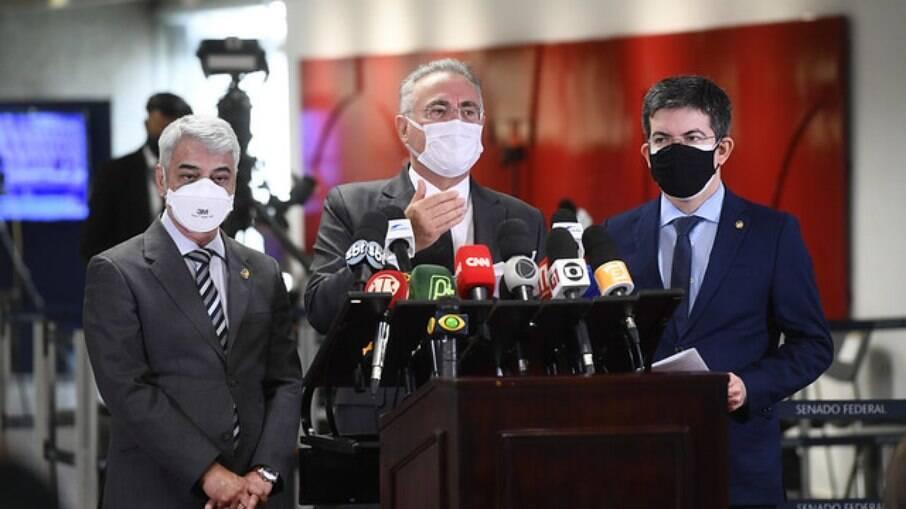 Senadores Humberto Costa (PT-PE), Renan Calheiros (MDB-AL) e Randolfe Rodrigues (Rede-AP) em coletiva de imprensa sobre a CPI da Covid