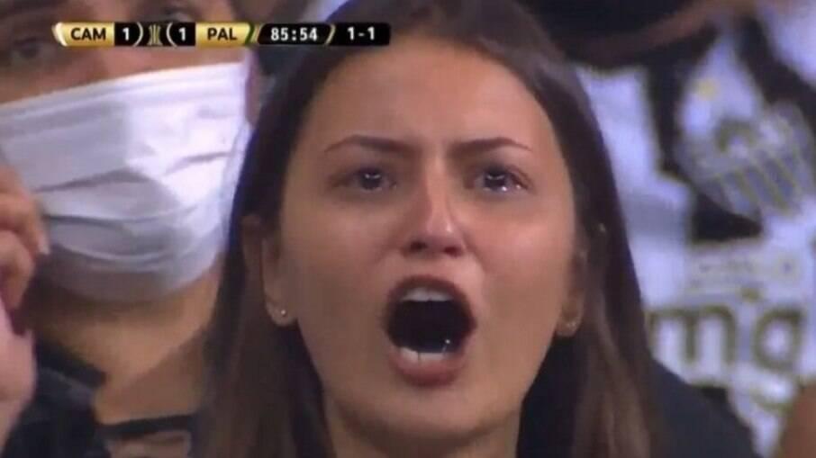 Rebeca Nery apareceu ao vivo na TV chorando durante o jogo entre Atlético e Palmeiras