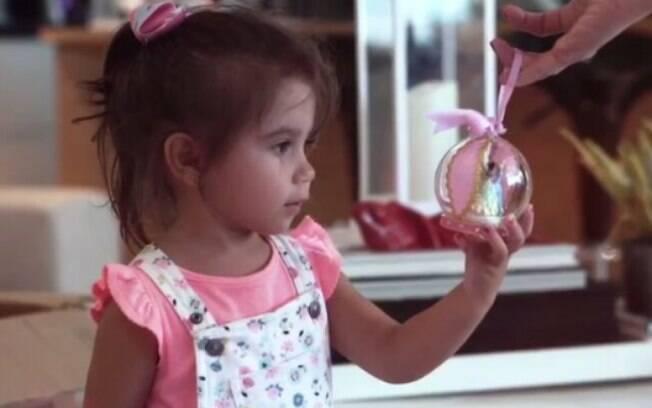 Filha da atriz Deborah Secco, Maria Flor ajudou a mamãe a colocar a decoração de Natal na casa e ficou encantada