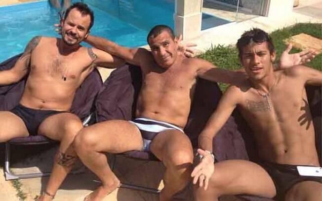 Neymar na casa do ator Eri Johnson (centro),  com o também ator Paulinho Vilhena