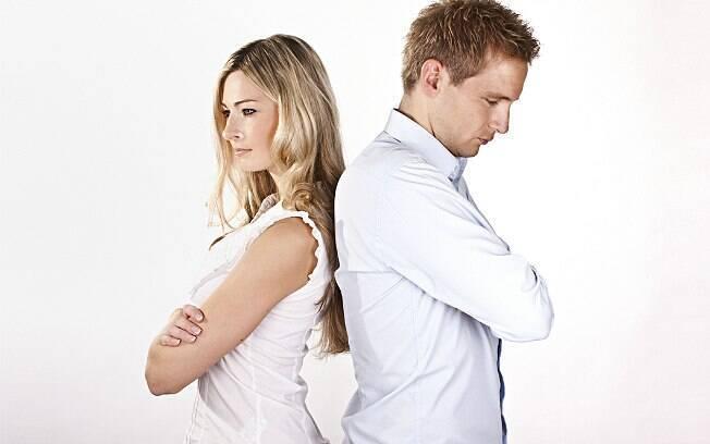 Sair com várias após o término da relação é sinal de fraqueza, não de força, afirma especialista