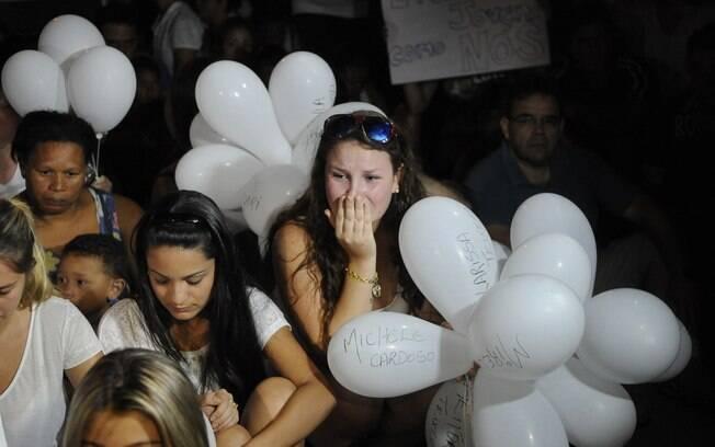 Milhares fazem passeata em homenagem às vítimas que morreram no incêndio na boate Kiss