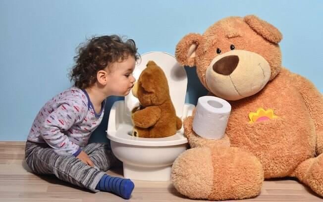 Crie um ambiente especial para que a criança se sinta acolhida no vaso ou penico, já que o desfralde é uma grande mudança