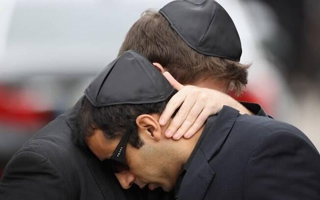 Daniel Zukerman abraça o produtor: choro verdadeiro pela perda da cantora?