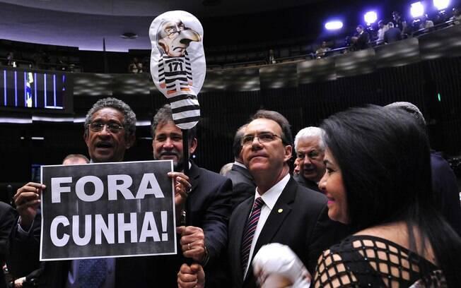 Oposição se manifesta no plenário durante a sessão de votação da perda de mandato do deputado afastado Eduardo Cunha