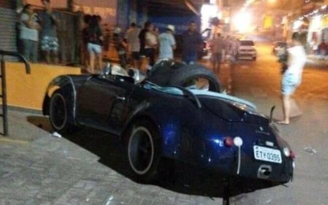 Motorista do Shelby Cobra perdeu o controle e bateu em escadaria